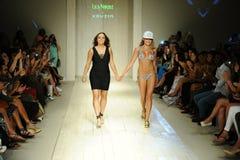 De ontwerper Lila Nicole (l) en het Model lopen de baan tijdens de Baan van Lila Nicole Spring Summer 2017 tonen Stock Afbeeldingen