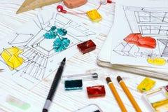 De ontwerper maakt een schets van het binnenland royalty-vrije stock afbeelding