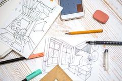 De ontwerper maakt een schets van het binnenland stock foto's