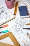 De ontwerper maakt een schets van het binnenland stock afbeelding