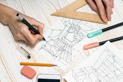 De ontwerper maakt een schets van het binnenland stock foto