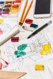 De ontwerper maakt een schets van het binnenland stock afbeeldingen