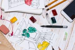 De ontwerper maakt een schets van het binnenland royalty-vrije stock fotografie