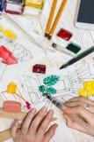 De ontwerper maakt een schets van het binnenland royalty-vrije stock foto's