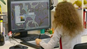 De ontwerper ontwikkelt een behangpatroon Het werk van de ontwerper De vrouw ontwerpt behang stock footage