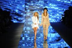 De ontwerper Stephanie Princi en het model lopen de baan voor Baes en Bikinis tijdens de Paraiso-Maniermarkt stock afbeeldingen