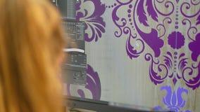 De ontwerper trekt op computer Grafische programmainterface, die programma trekken stock footage