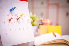 De Ontwerper van de kalendergebeurtenis is bezig de kalender, klok om tijdschema te plaatsen organiseert programma royalty-vrije stock foto's