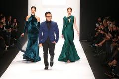 De ontwerper Walter Mendez en de modellen lopen de baan in een Walter Mendez-ontwerp in Art Hearts Fashion tonen tijdens MBFW-Dal Royalty-vrije Stock Foto