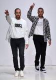 De ontwerpers Ariel Ovadia en Shimon Ovadia lopen de baan bij de Inzameling van Ovadia en de Zonenlente van 2018 Stock Foto's