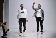 De ontwerpers Ariel Ovadia en Shimon Ovadia lopen de baan bij de Inzameling van Ovadia en de Zonenlente van 2018 Stock Foto