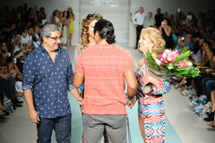 De ontwerpers en het model lopen de baan tijdens de de Lentezomer van 2017 van Luli Fama Baan tonen Royalty-vrije Stock Afbeeldingen