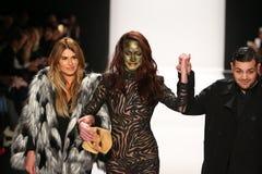 De ontwerpers Michael en Stephanie Costello met model(c) loopt de baan in Art Hearts Fashion tonen tijdens MBFW-Daling 2015 Royalty-vrije Stock Fotografie