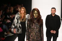 De ontwerpers Michael en Stephanie Costello met model(c) loopt de baan in Art Hearts Fashion tonen tijdens MBFW-Daling 2015 Stock Afbeeldingen