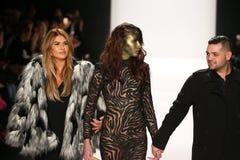 De ontwerpers Michael en Stephanie Costello met model(c) loopt de baan in Art Hearts Fashion tonen tijdens MBFW-Daling 2015 Royalty-vrije Stock Afbeelding