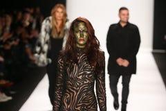 De ontwerpers Michael en Stephanie Costello met model(c) loopt de baan in Art Hearts Fashion tonen tijdens MBFW-Daling 2015 Stock Foto