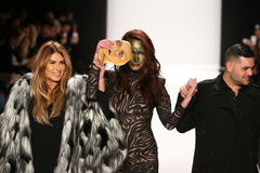 De ontwerpers Michael en Stephanie Costello met model(c) loopt de baan in Art Hearts Fashion tonen tijdens MBFW-Daling 2015 Stock Afbeelding