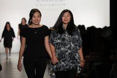 De ontwerpers Yi Ru Chen en Jing Qian lopen de baan bij de Academie van de Inzameling van Art University Spring 2017 Royalty-vrije Stock Foto's