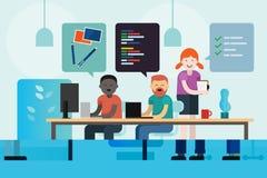 De ontwikkelingsprogrammeur van het Webontwerp en projectleider die samen coderend communicerend kort creatief bedrijfteam werken royalty-vrije illustratie
