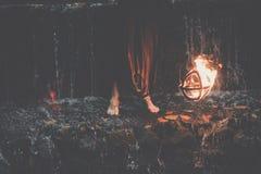 De ontzagwekkende brand toont bij de waterval Brutale spiermens stock foto