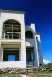 De onvolledige bouw met blauwe hemel stock foto's