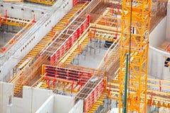 De onvolledige cementbouw bij een bouwwerf in de zomer stock afbeelding