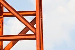 De onvolledige gebouwen van de staalstructuur in een fabriek stock afbeelding