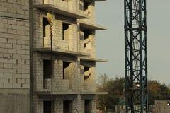 De onvolledige high-rise bouw, kraan royalty-vrije stock afbeelding