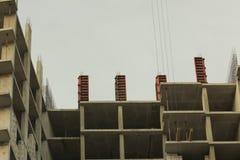 De onvolledige high-rise bouw, kraan, architectuur stock foto's