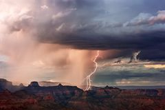 De onweersbui en de bliksem van Grand Canyon Stock Foto's