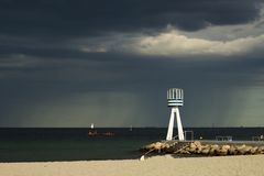 De onweersbui komt aan Bellevue-het Strandnoorden van Kopenhagen, Denemarken Royalty-vrije Stock Afbeelding