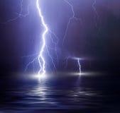 De onweersbui over het overzees, bliksem slaat het water royalty-vrije stock afbeelding