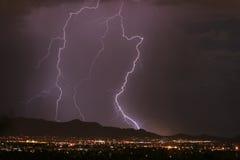 De Onweersbui van de bliksem over de Stad Stock Afbeeldingen