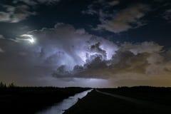 De onweersbuiwolken worden verlicht door bliksem royalty-vrije stock foto's