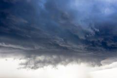 De onweerswolk, regen komt Royalty-vrije Stock Afbeeldingen