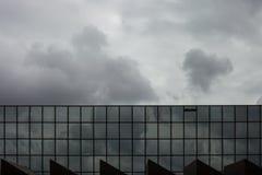De onweerswolken denken in vensters van de bureaubouw Spiegelwindo na Royalty-vrije Stock Afbeelding