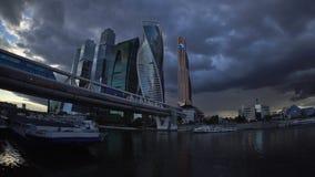 De onweerswolken die over de wolkenkrabbers van de Commerciële van Moskou Internationale Centrum Moskou-Stad en de Bagration-Brug stock videobeelden