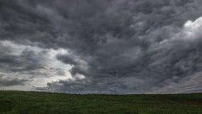 De onweerswolken die van de tijdtijdspanne zich over het gebied bewegen stock footage