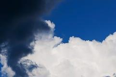 De onweerswolken van de de zomercumulus en de donkerblauwe hemel Stock Fotografie