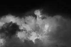 De onweerswolken van de de zomercumulus en de donkere hemel Stock Afbeeldingen