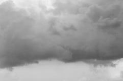 De onweerswolken van de de zomercumulus en de donkere hemel Royalty-vrije Stock Afbeeldingen
