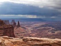 De onweerswolken verzamelen zich in woestijn Stock Foto's
