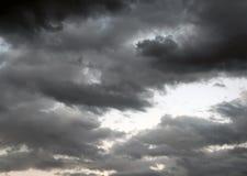 De onweerswolken vullen Hemelen Royalty-vrije Stock Afbeeldingen