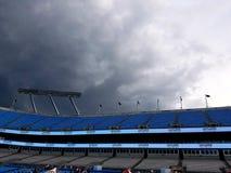De onweren over Bank of America Stadium Carolina Panthers betrekt onweer bij Onaangesproken Bierfestival stock foto