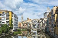 De Onyar-Rivier en sightseeing in de stad van Girona Spanje, Ca Stock Afbeeldingen