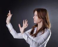 De onzekere bedrijfsvrouw klikt op de virtuele knoop stock afbeeldingen
