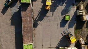 De oogst van appelen, kleine laders, vorkheftrucks, machines laadt een grote vrachtwagen, wagen met groot houten dozenhoogtepunt  stock footage