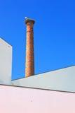 De ooievaarsnest van de schoorsteen in Portugal. Stock Foto