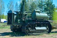 De oorlogskanonnen van de Unigue zeldzame tractor stalinets tijdens tweede wereldoorlog bij tentoonstelling van militaire uitrust Royalty-vrije Stock Fotografie