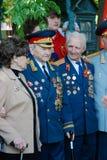 De oorlogsveteranen, mannen en vrouw, stellen voor foto's Stock Foto